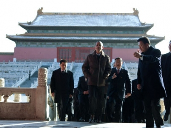 obama_walking_in_china_pd_12513